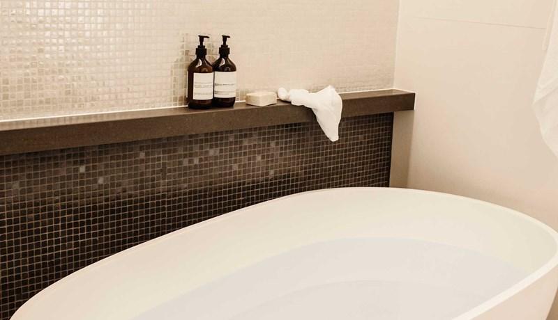 Large luxurious bath in the Premium Beach Club room